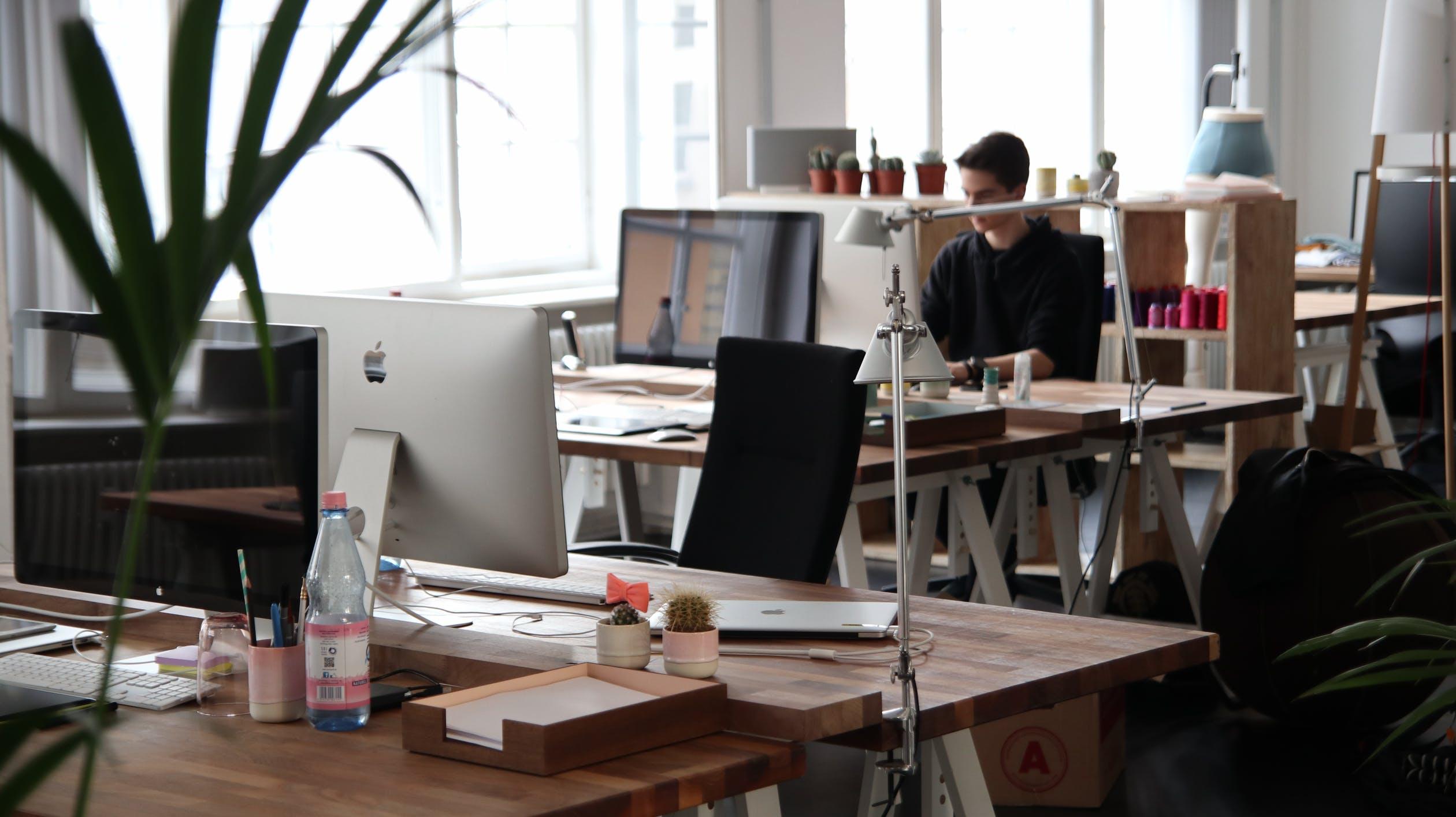 Het bedrijfspand mooi inrichten met de juiste kantoormeubelen